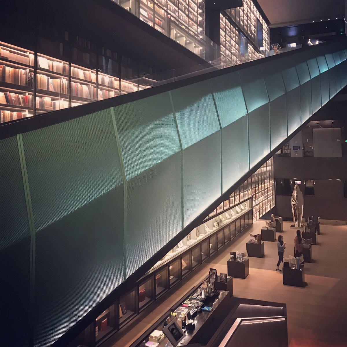 深圳のArtron。中国の印刷会社が作った会員制の美術図書館。収蔵品も建築もヤバい。 https://t.co/AyCQMpr2cQ