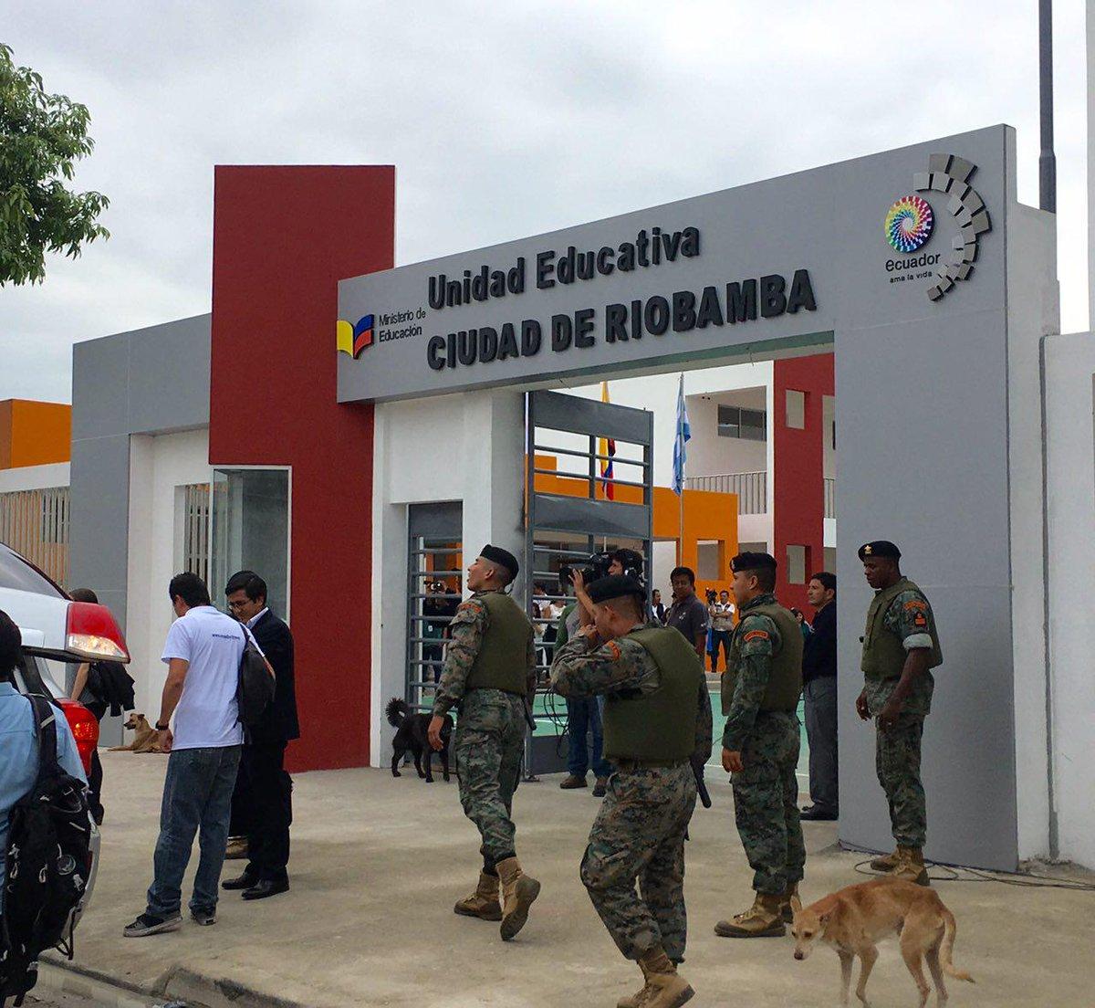 Presidente @MashiRafael recorre la Unidad Educativa Ciudad de Riobamba...