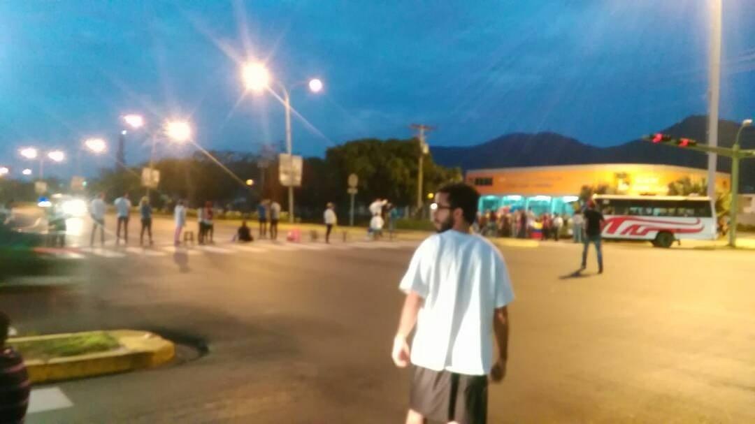 6am. Comienza el plantón en la Av. Don Julio Centeno del municipio San...