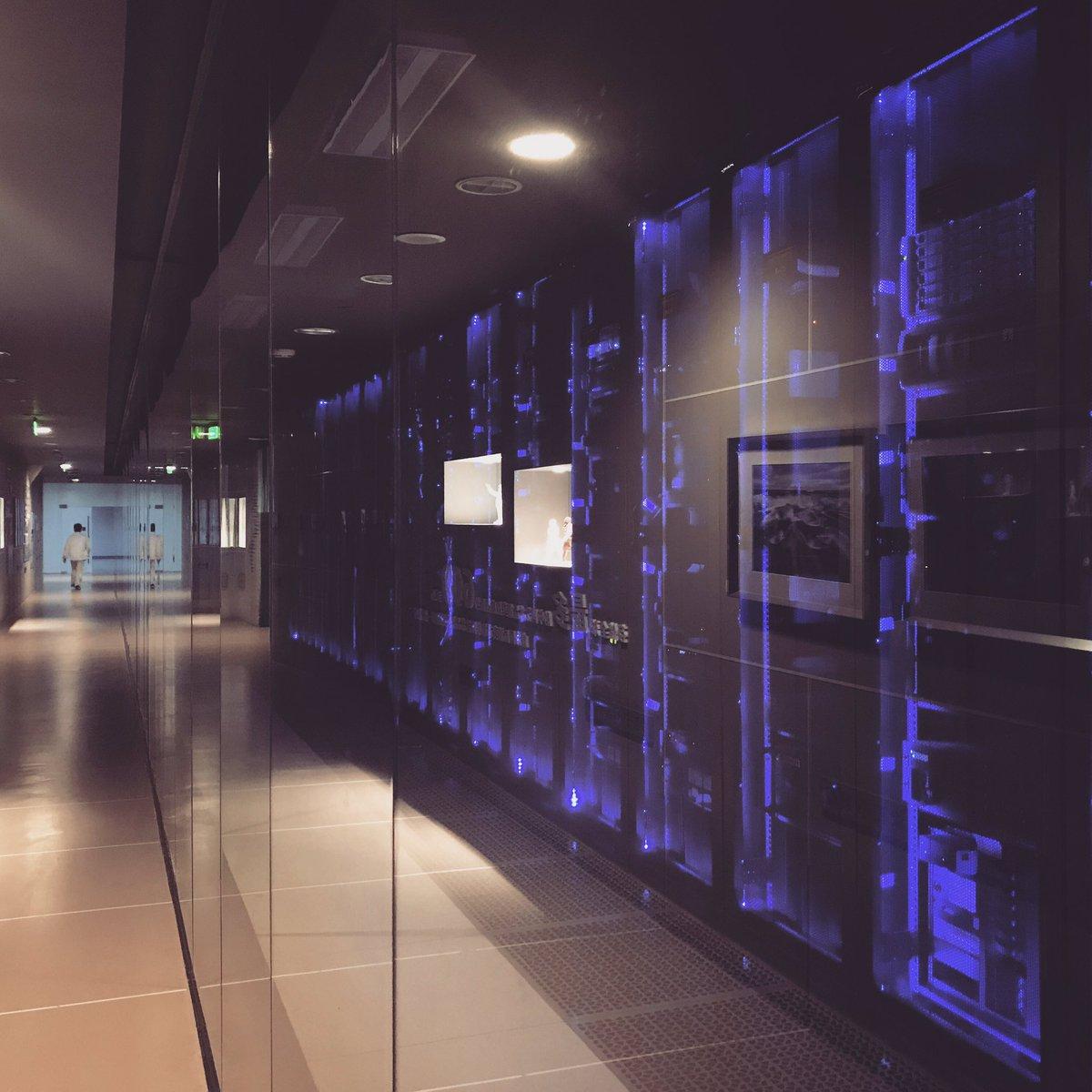 Artronは、収蔵品のデジタルアーカイブにも力を入れていて、非常にハイセキュリティで、しかもクールなサーバールームもありました。映画の世界。 https://t.co/YWxOXxR5X4