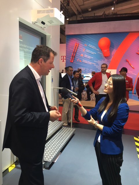 Wenn Schindler CEO Thomas Oetterli auf der #hm17 das digitale #SchindlerAhead vorstellt, schaut auch der chinesische Sender @CCTV vorbei. https://t.co/IIZ4CzD1oO