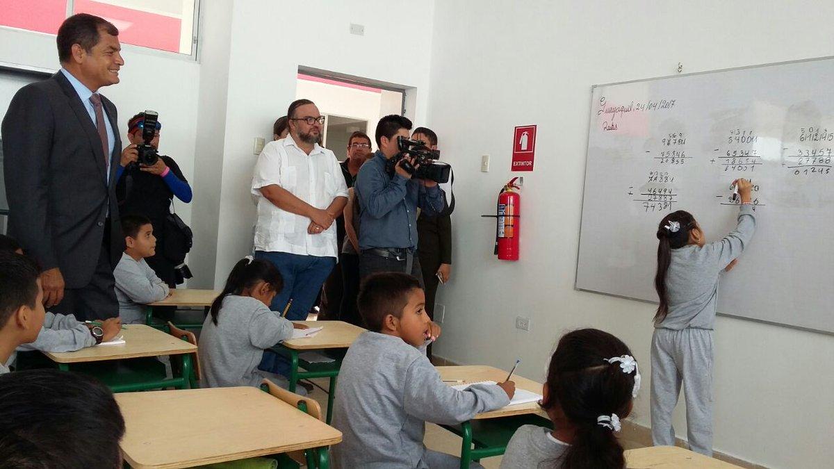 .@MashiRafael recorre la Unidad Educativa Ciudad de Riobamba #DeVuelta...
