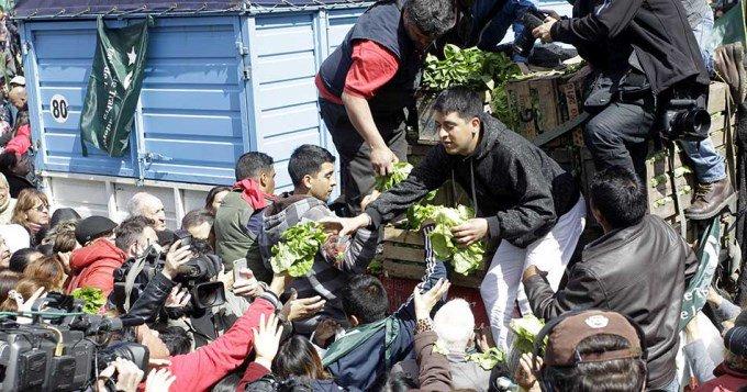 AHORA | Otro #verdurazo en la Plaza de Mayo. Productores reclaman una...
