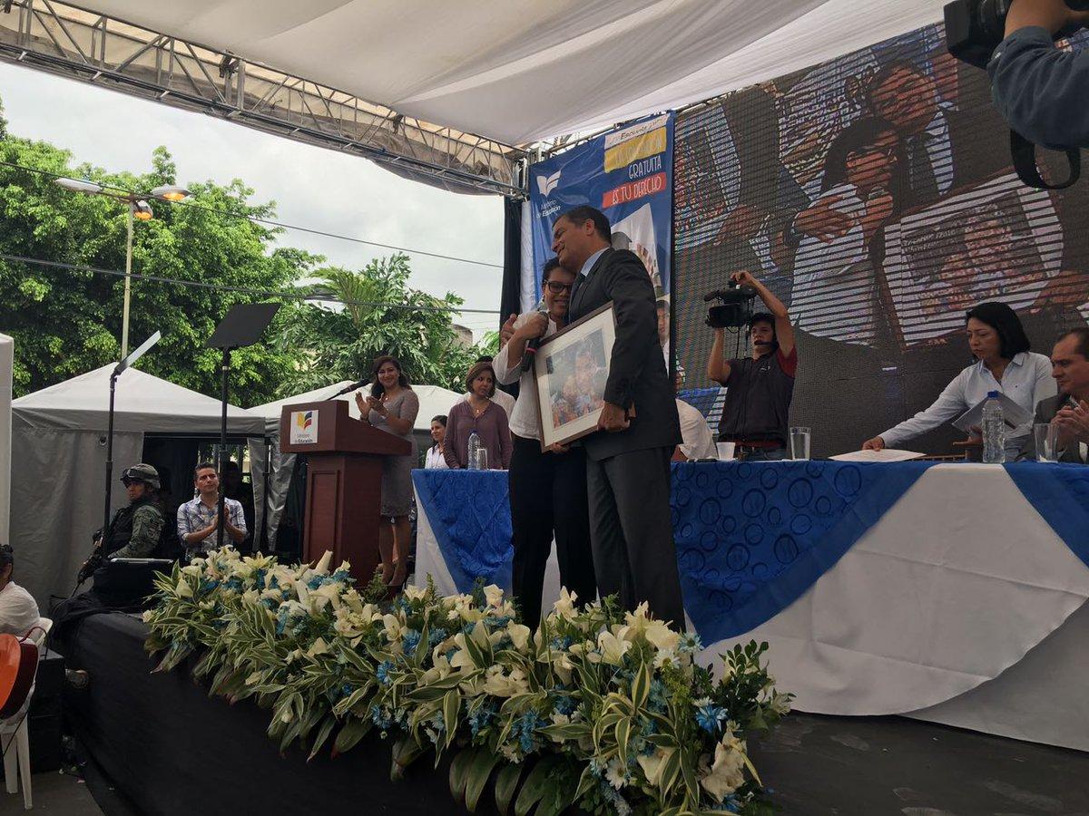 Estudiantes de la #UE Ciudad de Riobamba entregan un presente a @Mashi...
