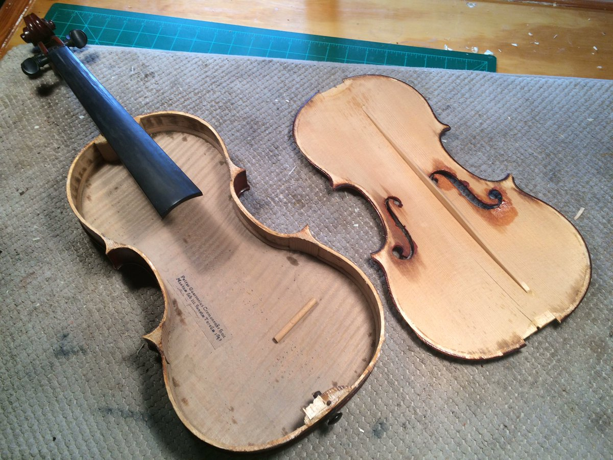 I got the top off this violin in one piece.  Always a stressful step getting it off. #violin #luthier <br>http://pic.twitter.com/gU1gOAwCkS