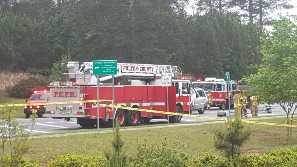 #BREAKING: Fulton County police confirm 4 dead in wreck on Campbellton-Fairburn Rd.   http:// 2wsb.tv/2q7EOK1  &nbsp;   @TyishaWSB is at the scene.<br>http://pic.twitter.com/ZcdpXGMW2q