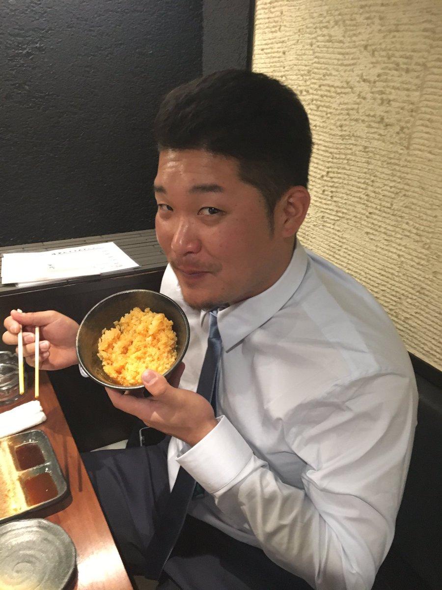 移動日の昨日‼️‼️‼️  たらふくのお肉と✨✨卵かけご飯を食べに来てくれました(≧∀≦)  今日からの3連戦。 そろそろホームラン出るんちゃうかな〜✌️✌️✌️✌️ https://t.co/E7vaaarMC4