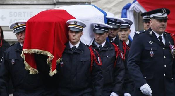 #France honours police officer killed in #Champs-Elysees attack  http:// jenke.rs/d0Z8Mv  &nbsp;  <br>http://pic.twitter.com/7PmTGxNP5B