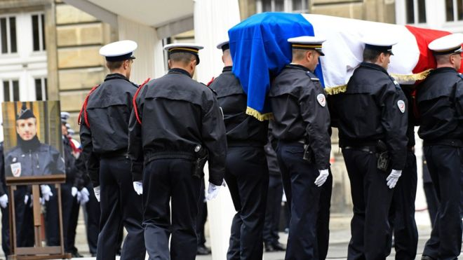 Hollande calls for unity at tribute to slain officer Jugelé #BBC #NEWS #UJFMDRIVEpic.twitter.com/hMF6NlHUfc