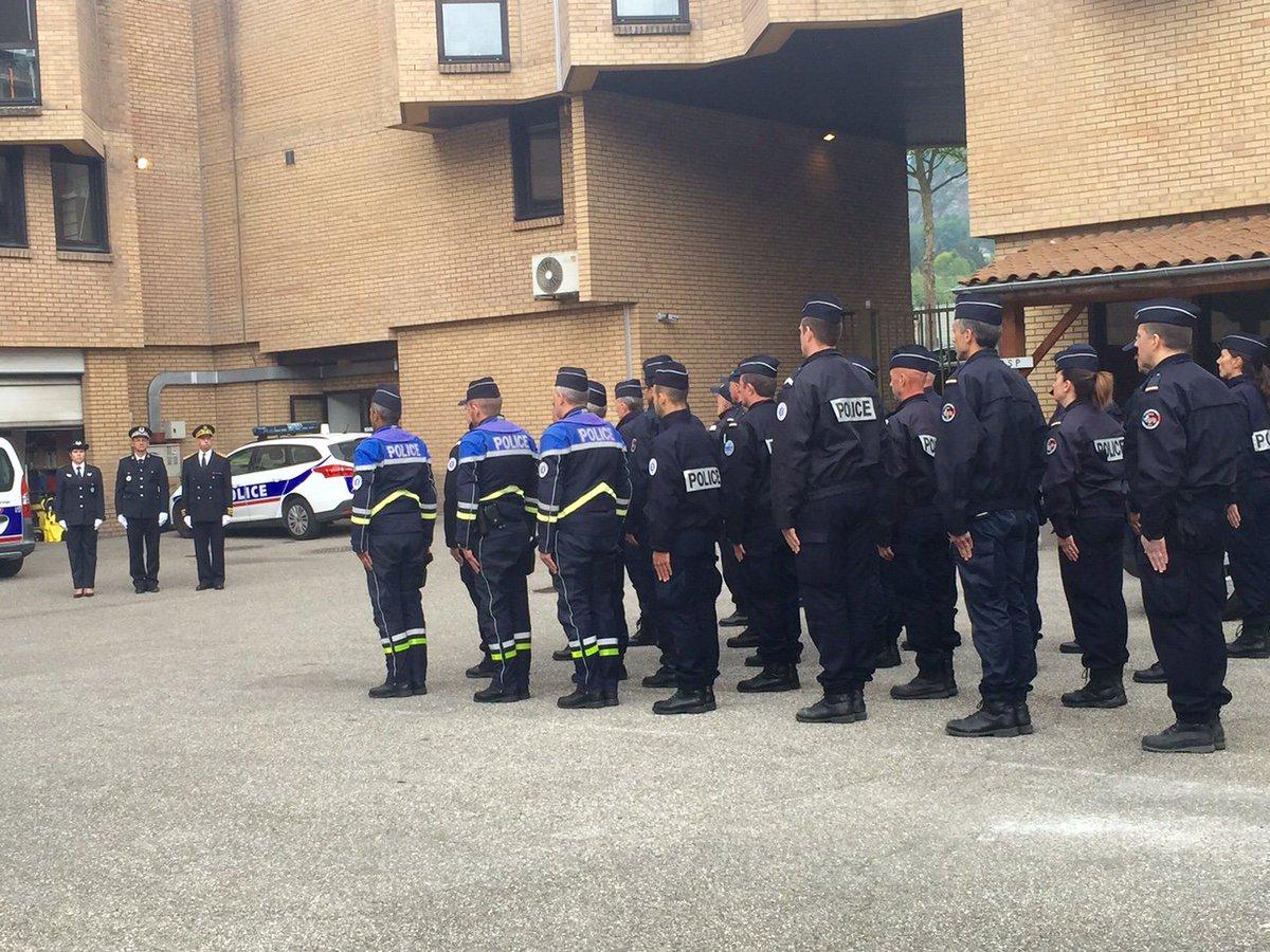 L'hommage des #policiers de #Chambéry ce matin à #XavierJugelé mort dans l'attentat des #ChampsElysees