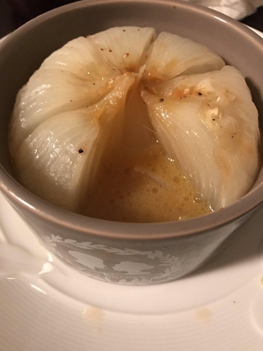 玉ねぎに切れ込み入れてバターとコンソメ挟んで胡椒振ってレンチン五分して味ぽんかけて食べるとクッソ美味いからみんなやってね!新玉ねぎがおいしお〜〜 pic.twitter.com/UYFZcWt1Cm