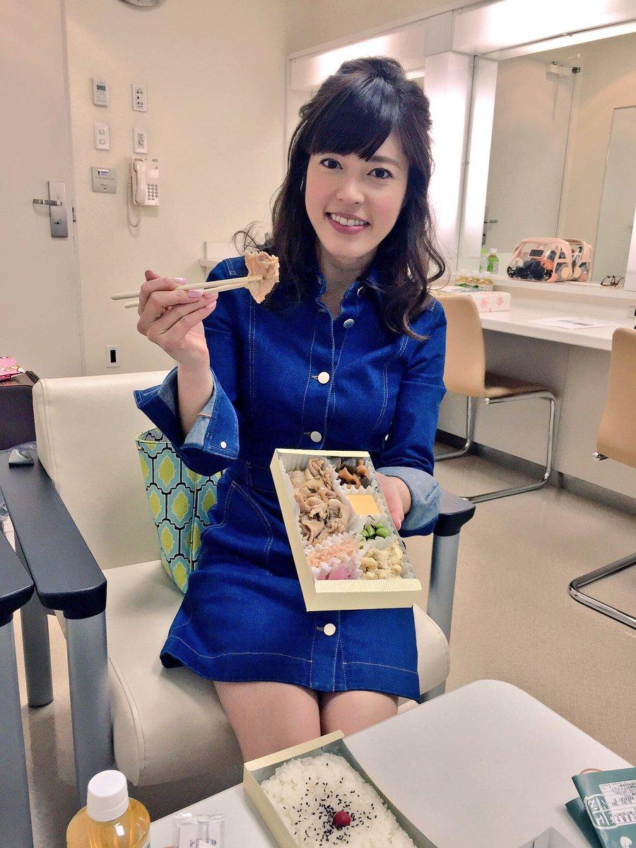 デニムのミニワンピを着てお弁当を食べている神田愛花アナの画像