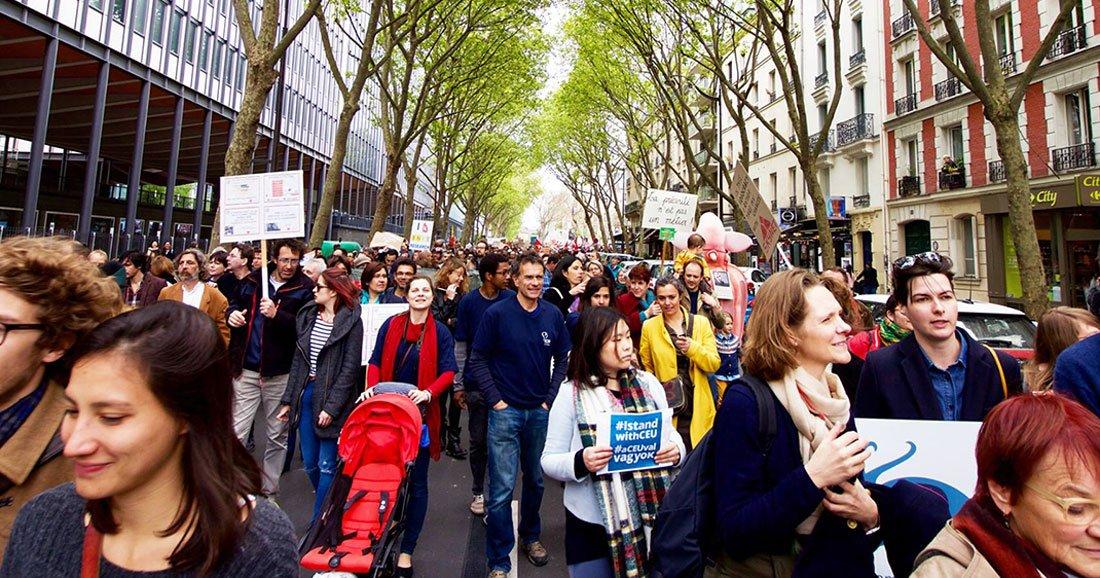 """""""La Marche pour les Sciences"""" : un véritable succès planétaire https://t.co/Rcrb3ZUx2J https://t.co/y0kaWOJZcd"""