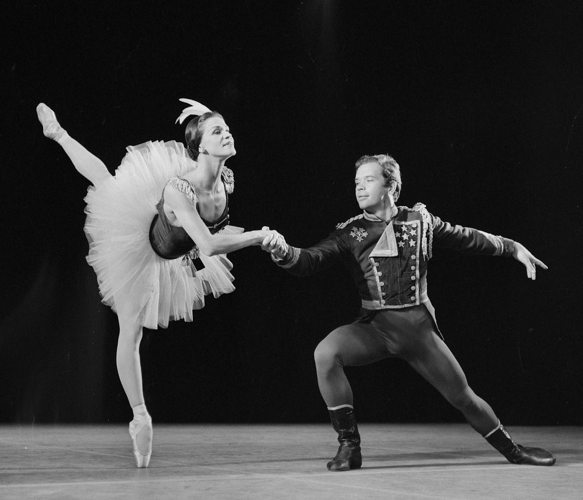 Melissa Hayden, #Canadian dancer known for her work at the @nycballet, was born on this day in 1923. #Balanchine #ballet #PrimaBallerinapic.twitter.com/iBWw6r6BM8