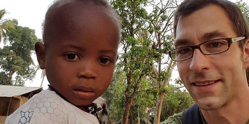 Ein kurzer Gruß von German Doctors-Arzt Frithjof Tandler aus Sierra Leone! https://t.co/7R6pF8HAcO https://t.co/i7jAlZMI23