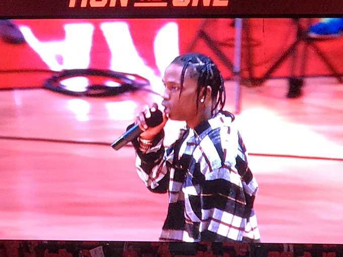 ccbf034db2a9 Travis Scott is playing to an empty arena. #Rockets #ThunderUp  https://t.co/2IY7xkNdUX