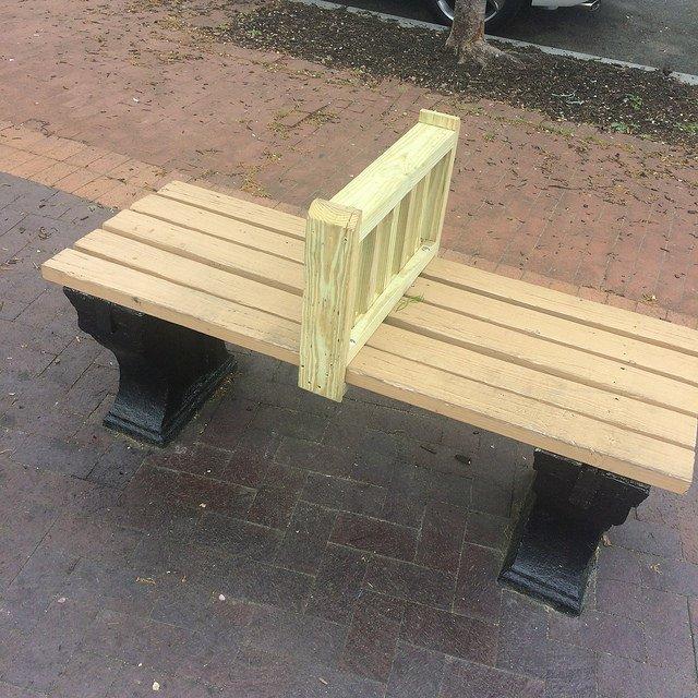 Kursi taman dengan pembatas