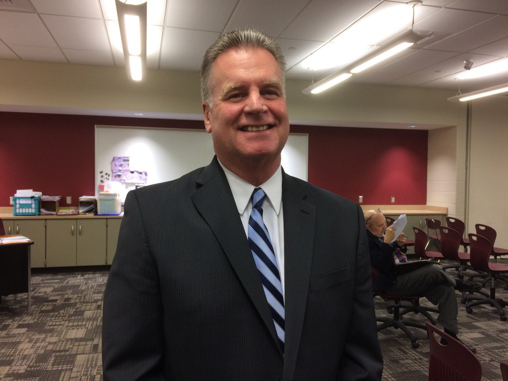 Board approves Harney as assistant superintendent by 7-1 vote. Bill Parker votes no. Worried about $150,000 salary https://t.co/o2iWi0xuhO