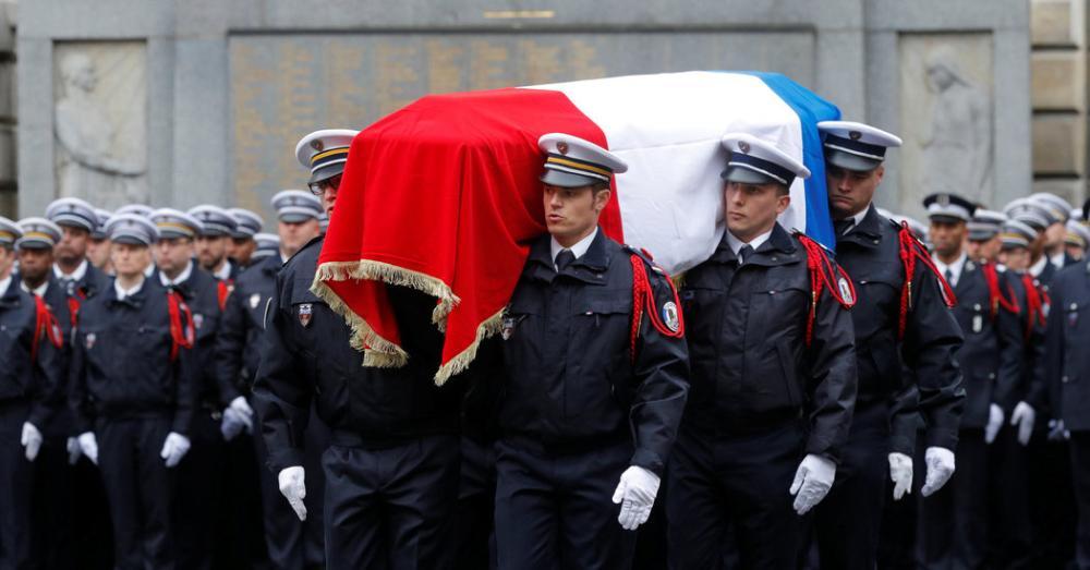 France #Honors #Xavier Jugelé, Police Officer Killed in Champs-Élysées Attack  http:// nyti.ms/2qclwDo    pic.twitter.com/bq9K8GsDQu