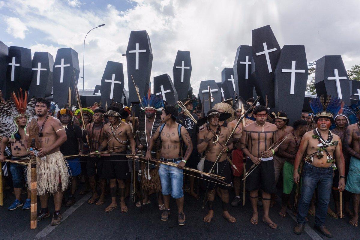 Au Brésil, une marche de 3000 personnes indigènes transportant des cercueils pour symboliser le génocide des peuples dans l'histoire. #ATL