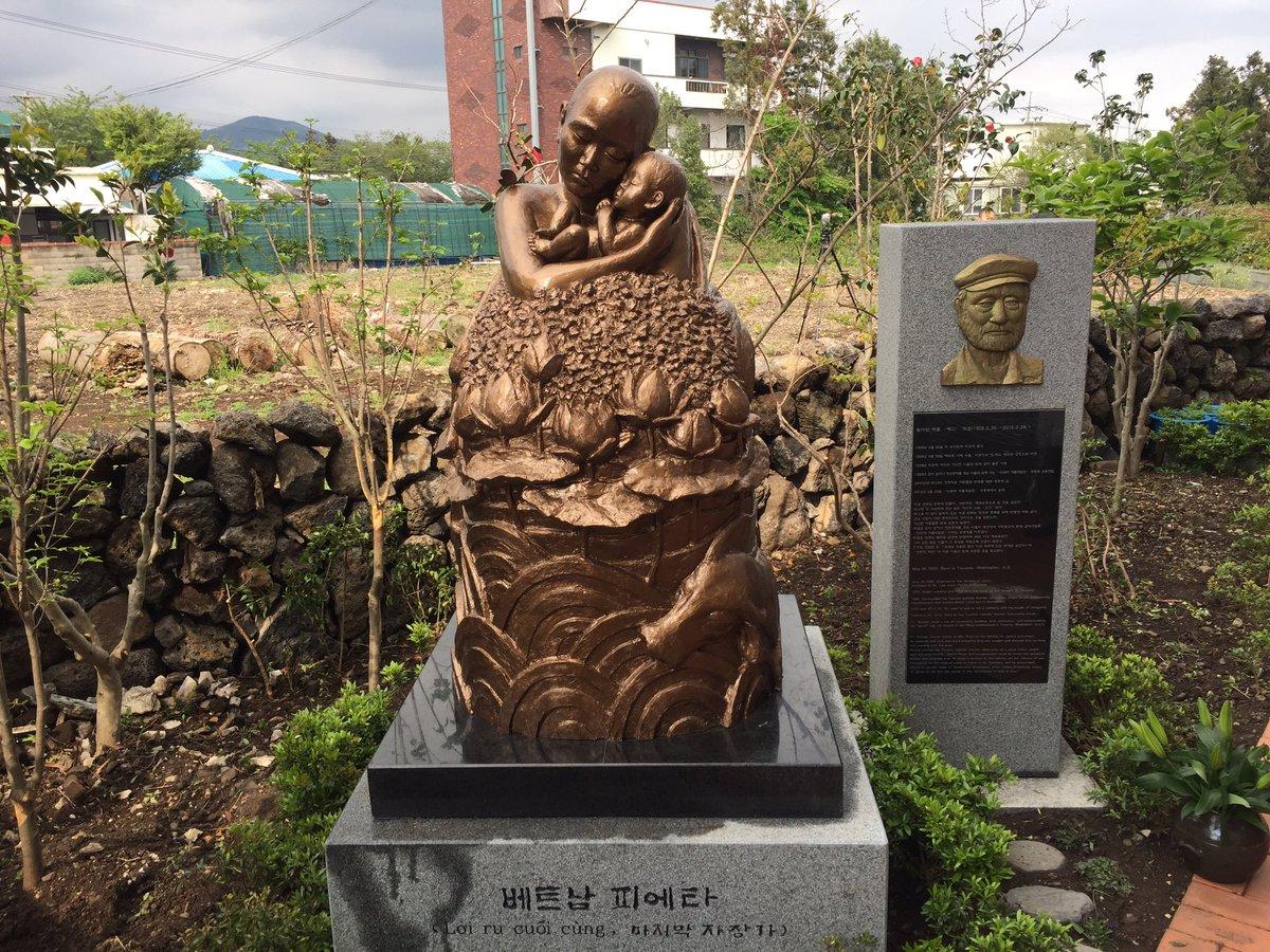 제주도에 와 있습니다.오늘 이곳에 베트남 전쟁 당시 한국군에 의한 민간인 학살 희생자로 대표되는 어머니와 이름도 없이 죽어간 무명 아이들의 넋을 위로하고 사과하는 의미의'베트남 피에타' 동상이 국내 최초로 세워졌습니다.우리의 사죄를 요구하고 있습니다.