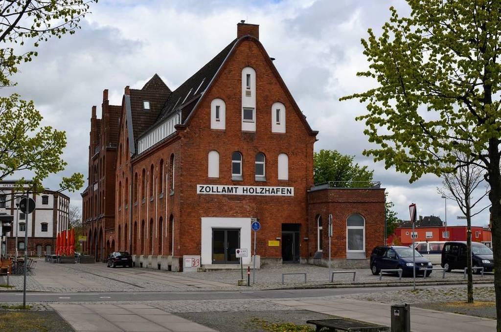 Auf dem #RBCamp17 gab es am Sonntag auch eine Fotoexkursion in den Europahafen. Auch das Gebäude von Zollamt Holzh… https://t.co/WL0P8TS8k8 https://t.co/M1oBxUge5W