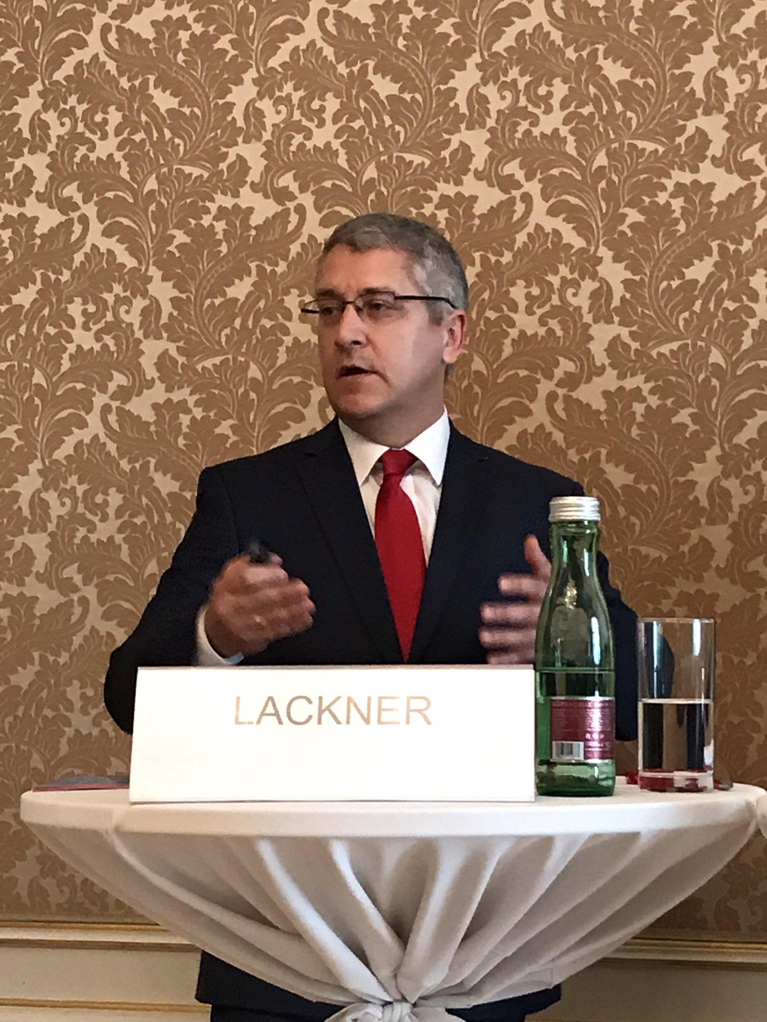Mag. Wolfgang Lackner, Vorstandsvorsitzender der Europäischen Reiseversicherung AG, beginnt mit einem Rückblick aufs Reisejahr 2016. #erv110 https://t.co/SATBzvwZK2