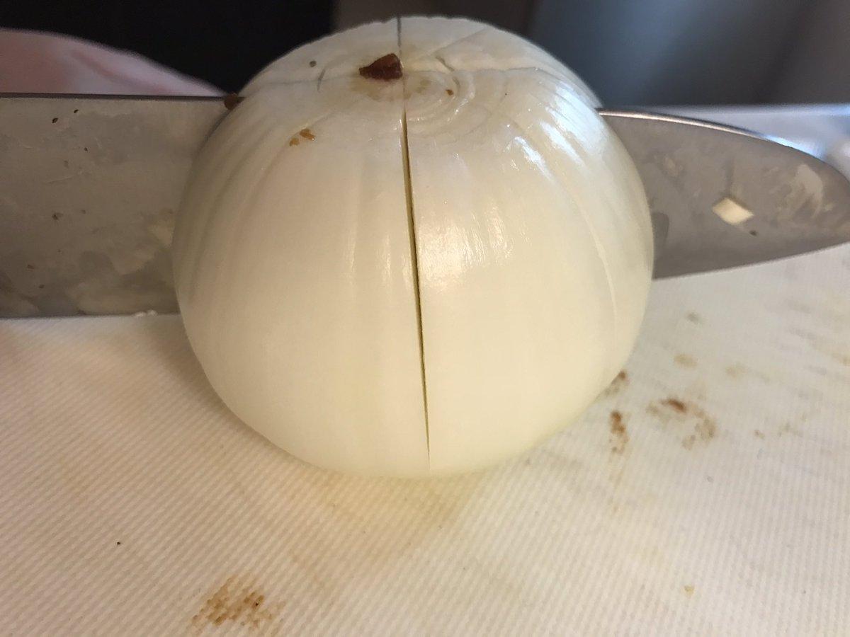 【詳しく】①玉ねぎは三分の二くらい切るとたべやすい②バター10gくらいとコンソメキューブ一つ③突っ込んで胡椒を振る④ふんわりラップをかけて、水分が出るので深皿で5分以上レンチン。トロトロが好きな人は6.7分⑤味ぽんをかけて食べる☺️ pic.twitter.com/O4st803TR6