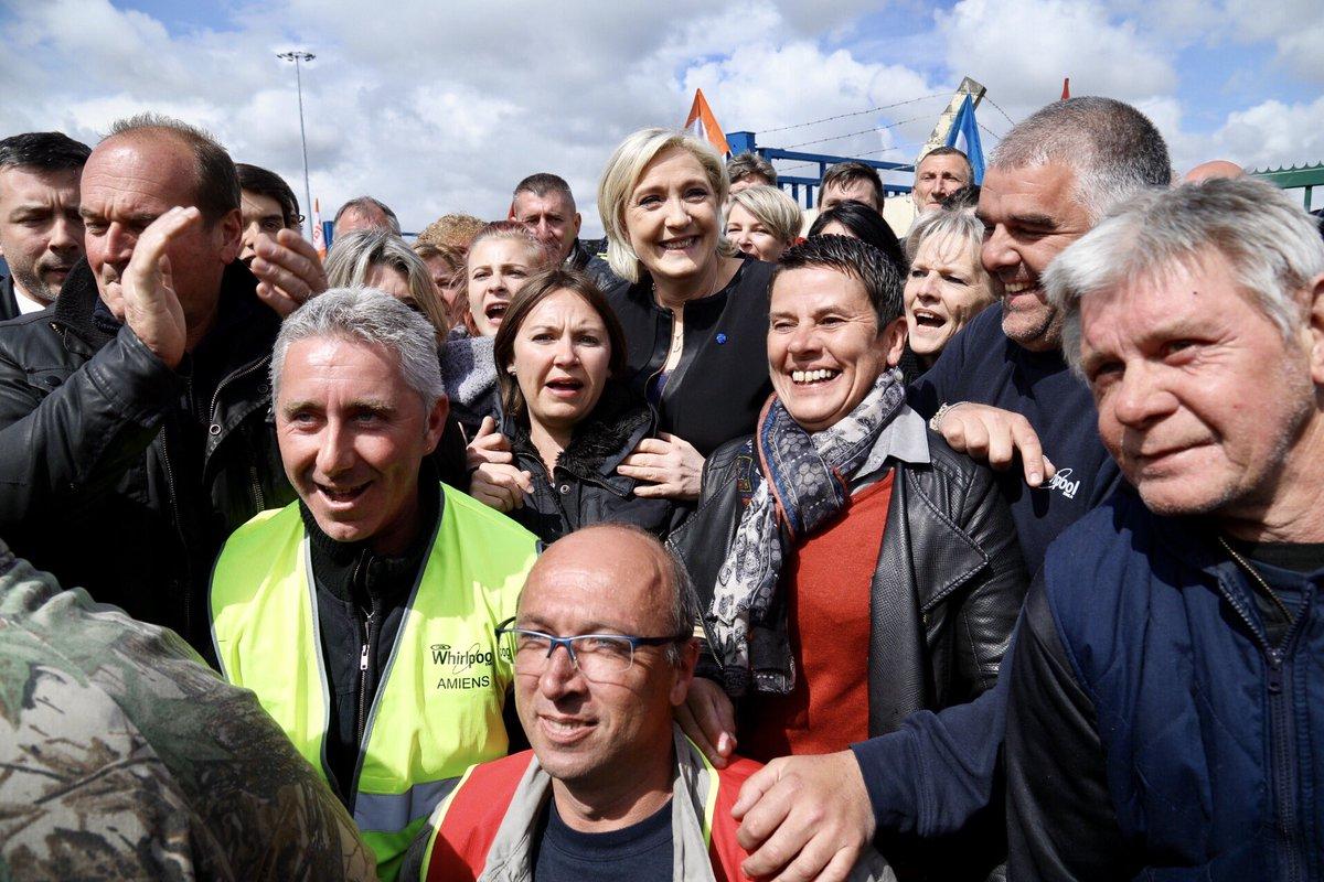 """#BREAKING""""#MarineLePen se rend à #Whirlpool à Amiens alors qu'Emmanuel #Macron est à la Chambre de commerce avec des délégués syndicaux.""""pic.twitter.com/tSq8PxAUJZ"""