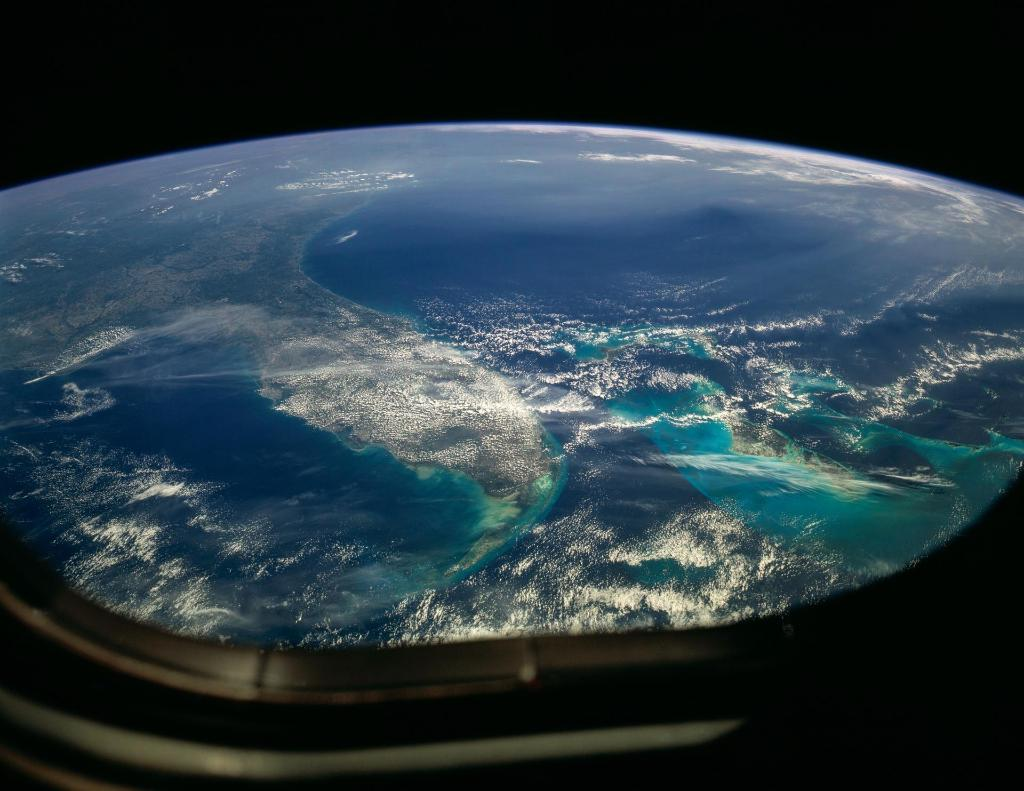 #OTD in 1990, one day after deploying @NASAHubble, the STS-31 Discovery crew snapped this stunning image of Florida and the Bahamas.pic.twitter.com/ ...