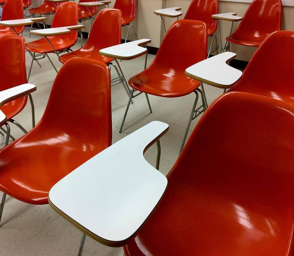 Red desks in the Math Sciences Building, built 1967. #mizzou #mathsciencesbuilding #red #reddesk #redandwhite #midmodmizzou #midcenturymode…<br>http://pic.twitter.com/hFNz1iMlt1