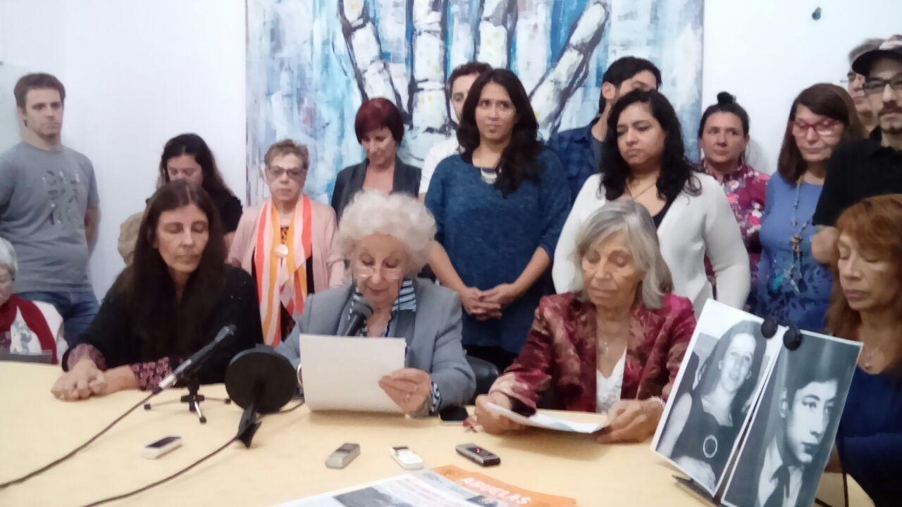 Sprecher der Großmütter vom Plaza de Mayo in einer Pressekonferenz anlässlich der Entdeckung des 122. verschwundenen Enkels