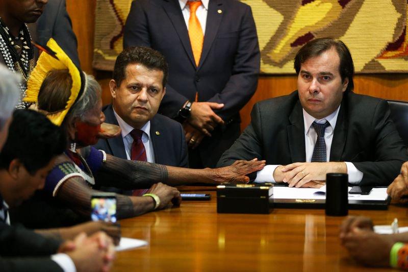 é visível a empatia do senhor rodrigo maia, presidente da câmara, com as lideranças indígenas (foto: marcelo camargo/agência brasil)