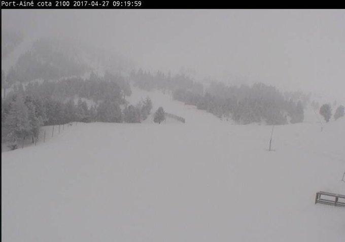 ¡Hoy en #Espot y #PortAiné hemos despertado con nieve otra vez! ¿Guardamos un poco para el año que viene? 😜⛄  #PróximaEstación #Pallars