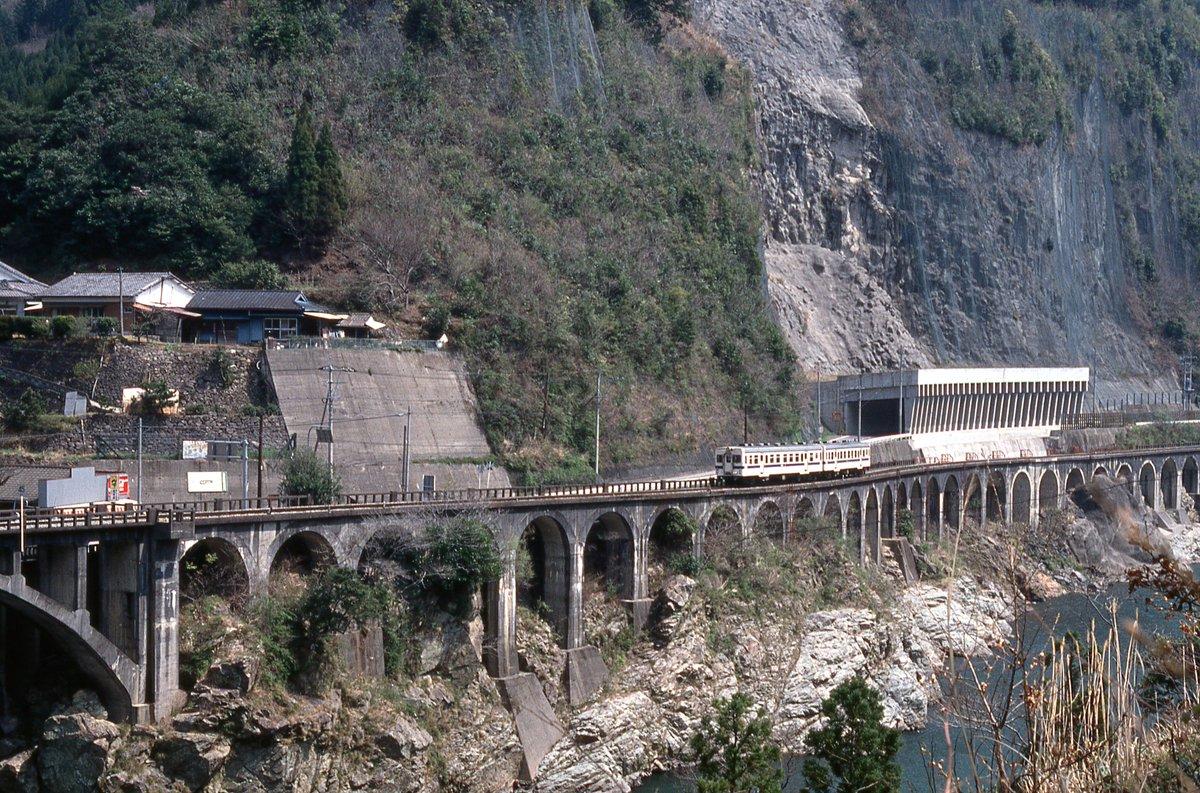 滝下洞門って列車の右後ろにある白いところかな?(写真は1989年) https://t.co/YMlV6diZfY