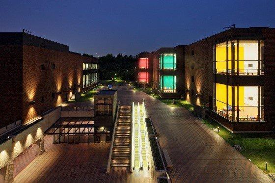 【夜間開室】明日4/28(金) #バベルの塔展 は、20:00まで開室します(入室は19:30まで)。  ライトアップされた美術館で16世紀ネーデルラント美術の傑作をご覧ください。(KY)