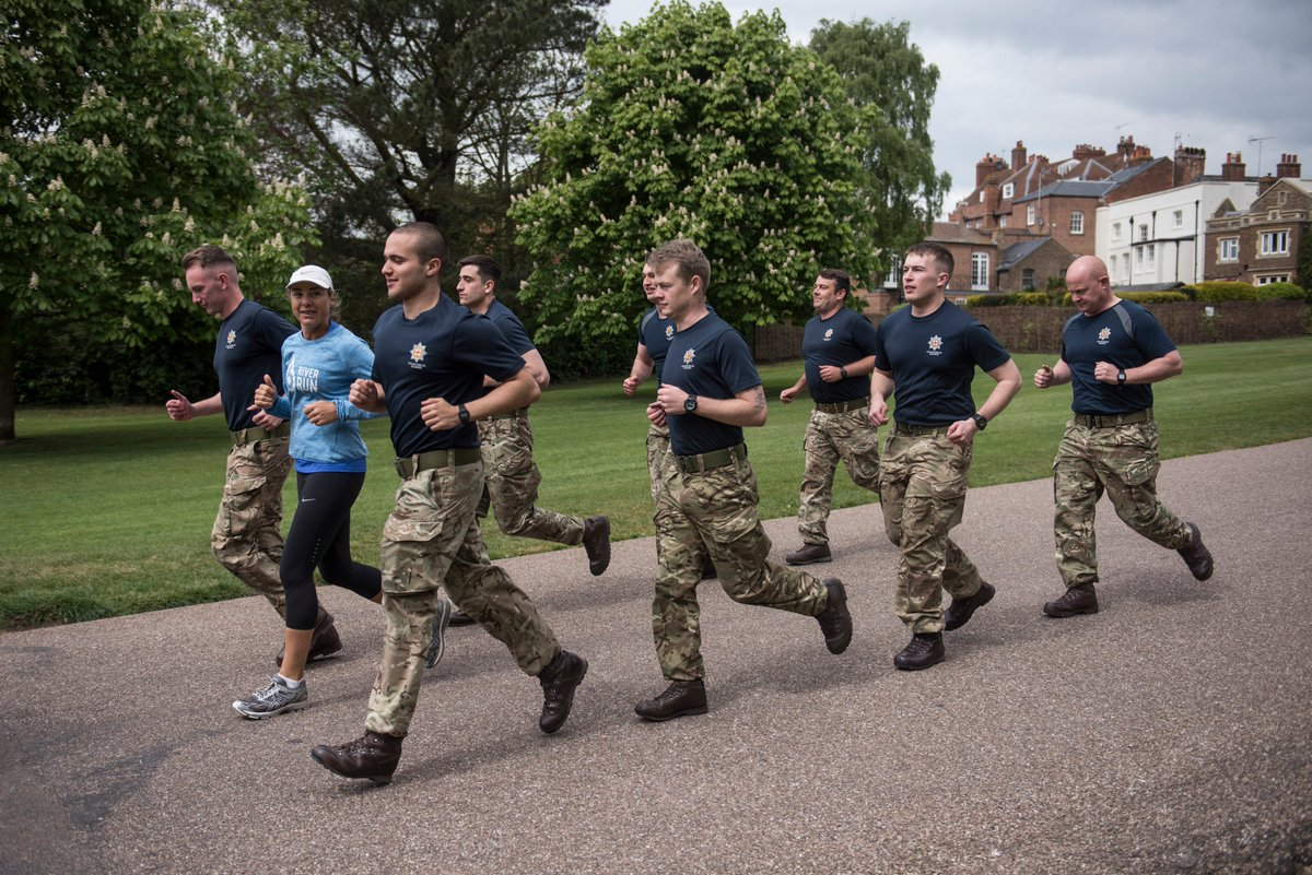 "Tweet von Mina Guli vom 27.4.17: ""Afternoon PT session with the Queen's Guards at Windsor Castle. What an unforgettable experience! #Run4Water"" Copyright: Kelvin Trautman."