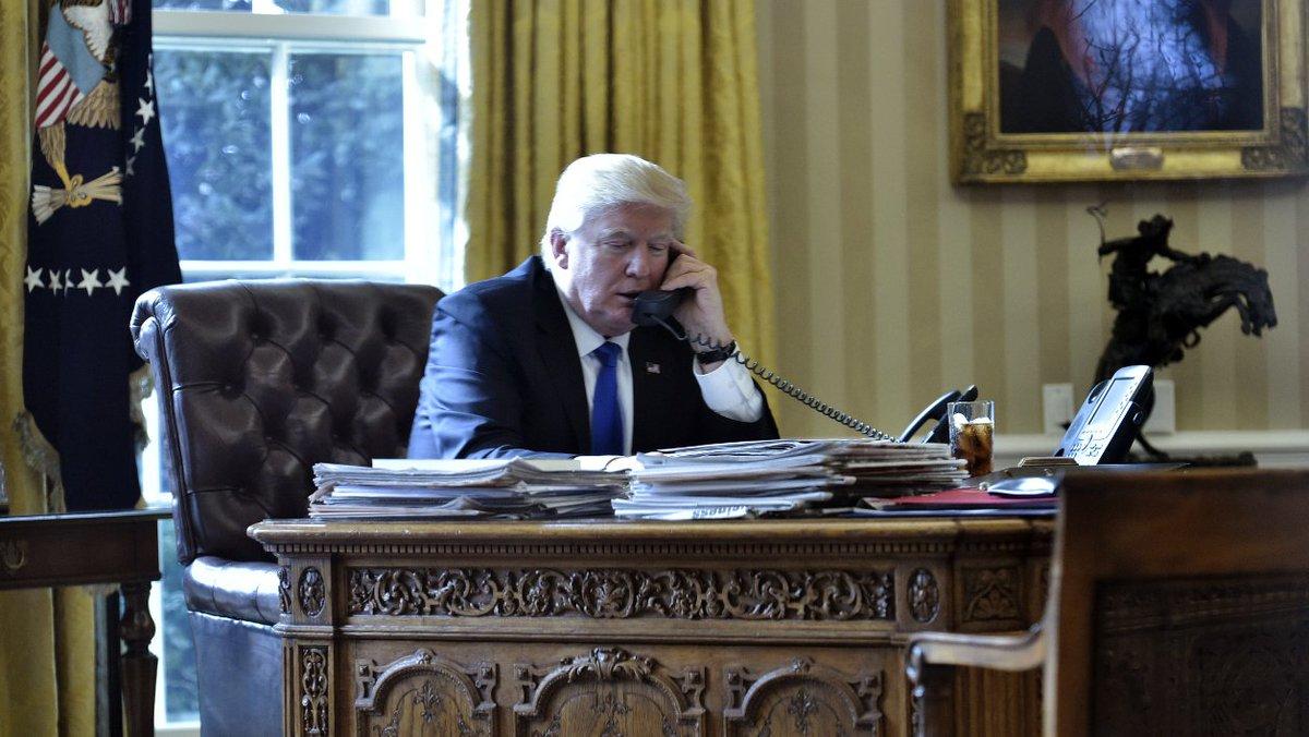 Donald Trump a fait installer un bouton rouge dans le Bureau ovale pour se faire apporter un Coca à toute heure https://t.co/hJNIQI5oMI
