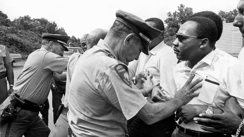 - Nós não permitiremos que vagabundos parem o país. Vamos mobilizar a polícia.  - Então tomem cuidado com quem vocês vão empurrar.  #greve