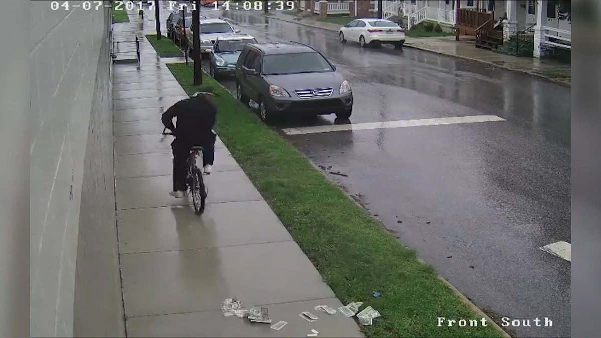 I love York… Someone robbed a bank and used a bike as a getaway…. And dropped the money. https://t.co/6oJmcmdIyB