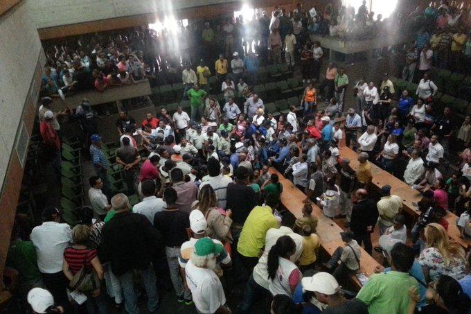 #FOTOS Reportan varios heridos leves tras ingreso violento de colectivos al Concejo Municipal en Barquisimeto https://t.co/6Z2sImVkgg
