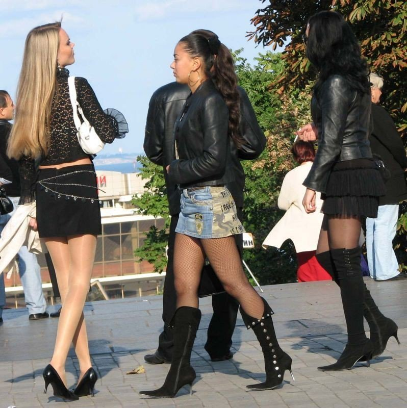 Candid shots of some girls in miniskirts and pantyhose... what a great view!
