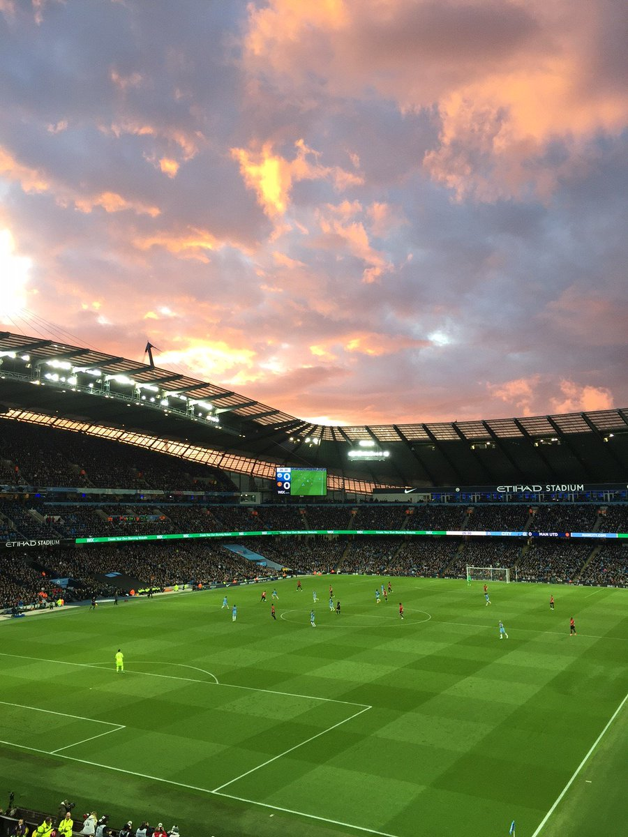 📸 Red sky at night... 👀#MUFC #MCIMUN  (Image: Christopher Martin) http...