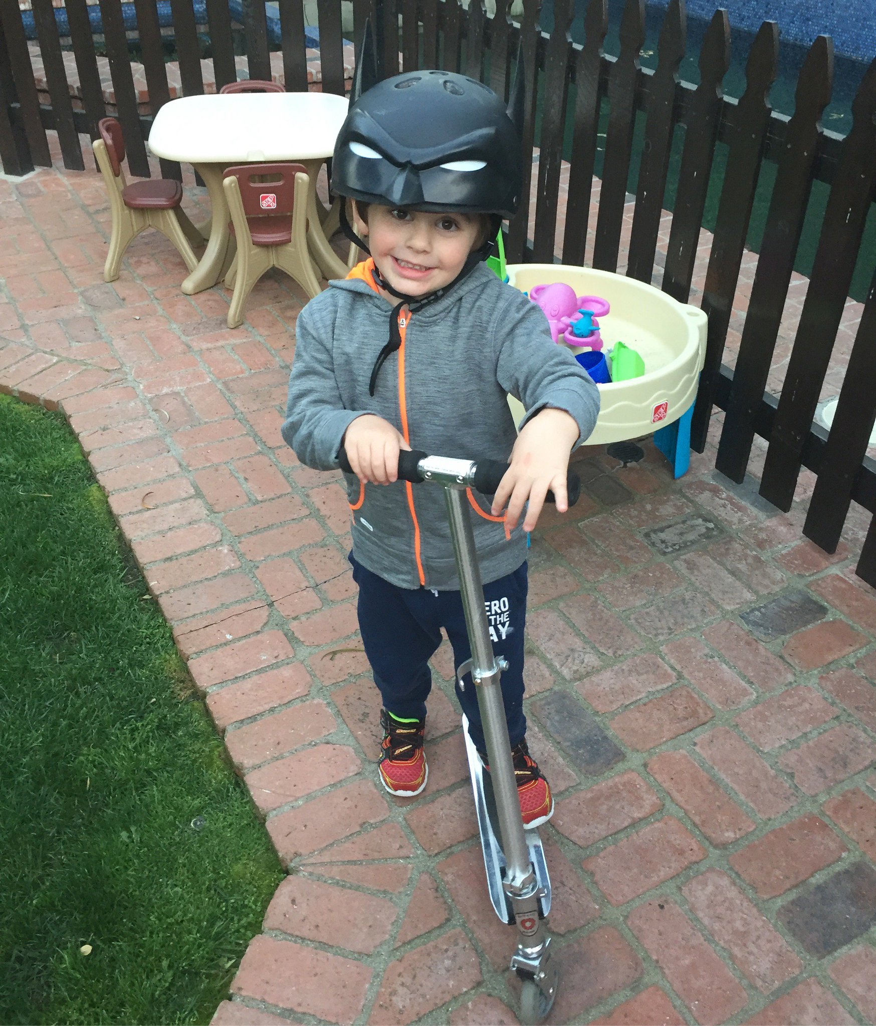 RT @ThePerezHilton: Coolest helmet on the block!! https://t.co/n2KbOXwTNp #JRhilton https://t.co/gOzXResuT7