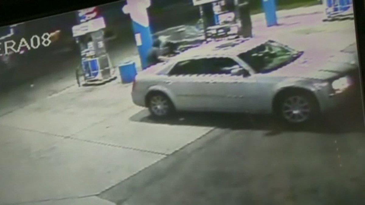 Detroit driver slams his car into gas pump, narrowly missing man. https://t.co/qsEaAZJ4qn