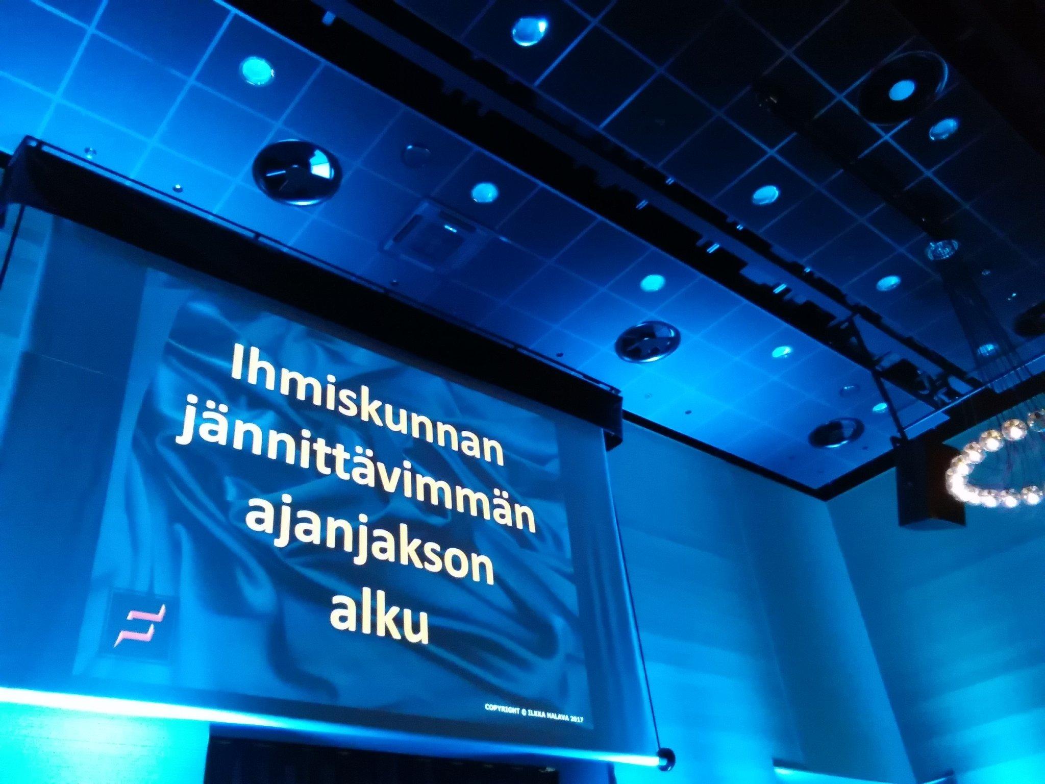 Vuorossa @IlkkaHalava, joka haluaa tarjota meille elämämme parhaan suomenkielisen puolituntisen. Elämme murrosaikaa, siistiä! #pinghelsinki https://t.co/9Ax8Npnz2Z