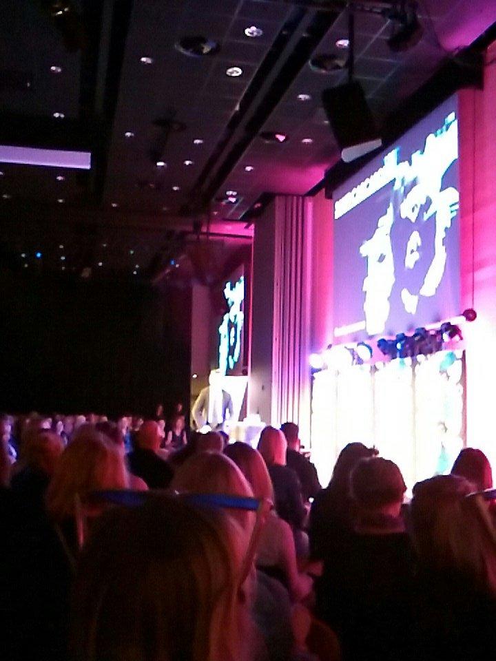 #pinghelsinki alkoi @santi_carcasona'n johtamalla taputusharjoituksella. Yli 600 osallistujaa, Suomen suurin #sisältömarkkinointi-event. https://t.co/XH3GHHujYC