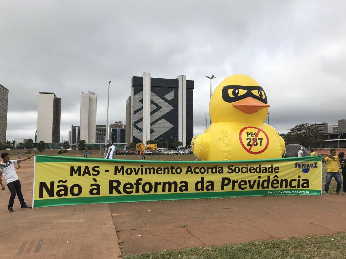 O pato também apareceu em Brasília contra reforma da Previdência. #GreveGeral