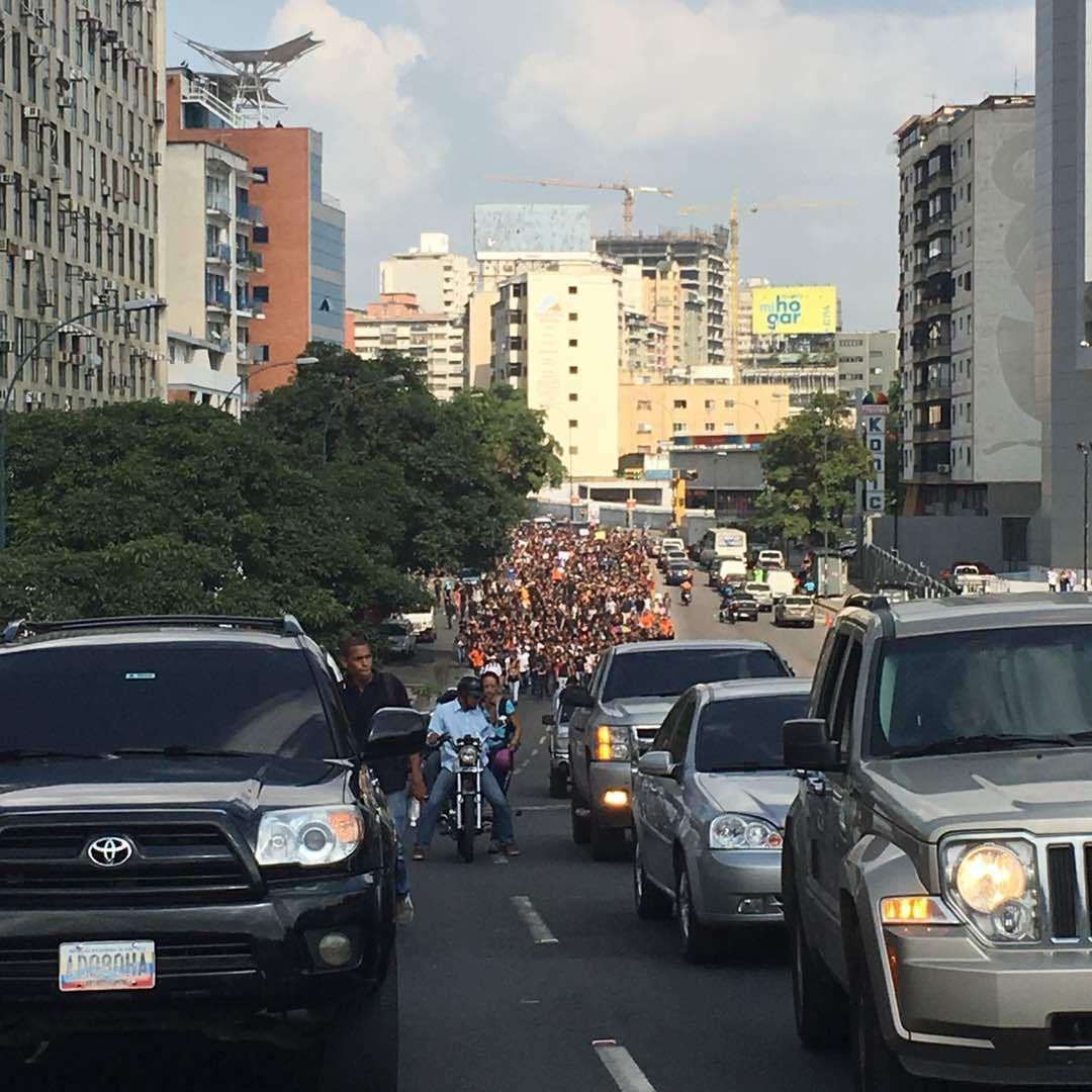 Estudiantes de la Unimet marcharon hasta Altamira este #27Abr en honor Juan Pablo Pernalete (Fotos) https://t.co/sm7xEOlbJp