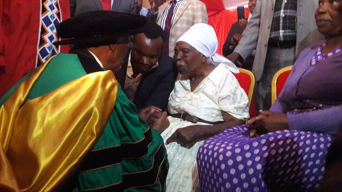 Mbeki went on his knees to say hi to Mrs. Kimathi who is wheelchair bound. #SABCNEWS https://t.co/OKrW4KahgS